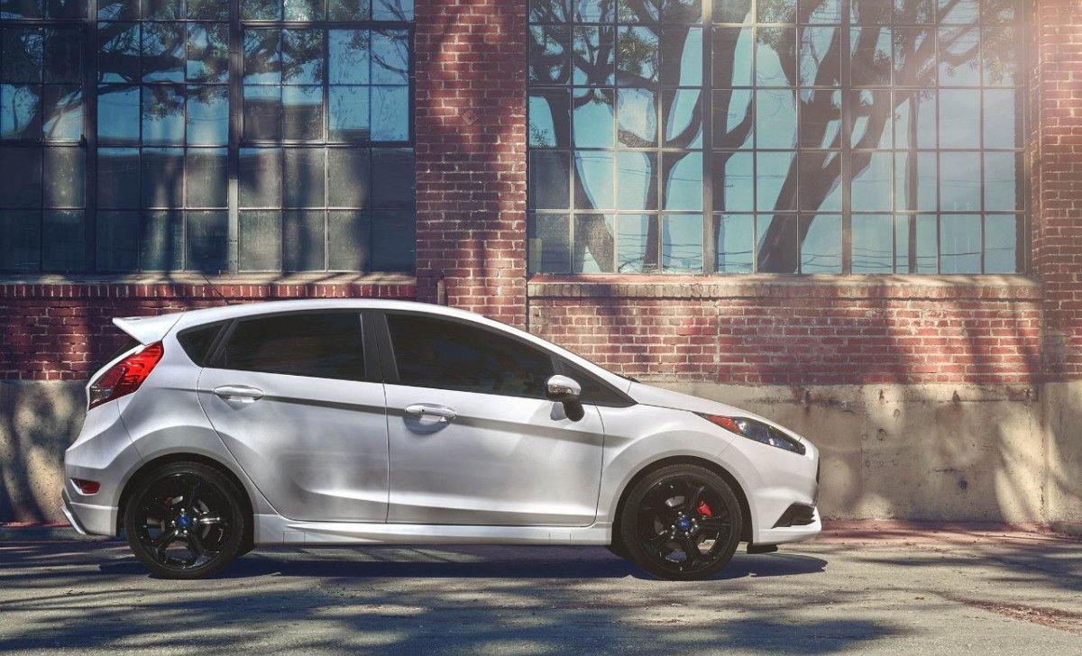Car insurance for Ford Fiesta 2018 - white color side look and photo