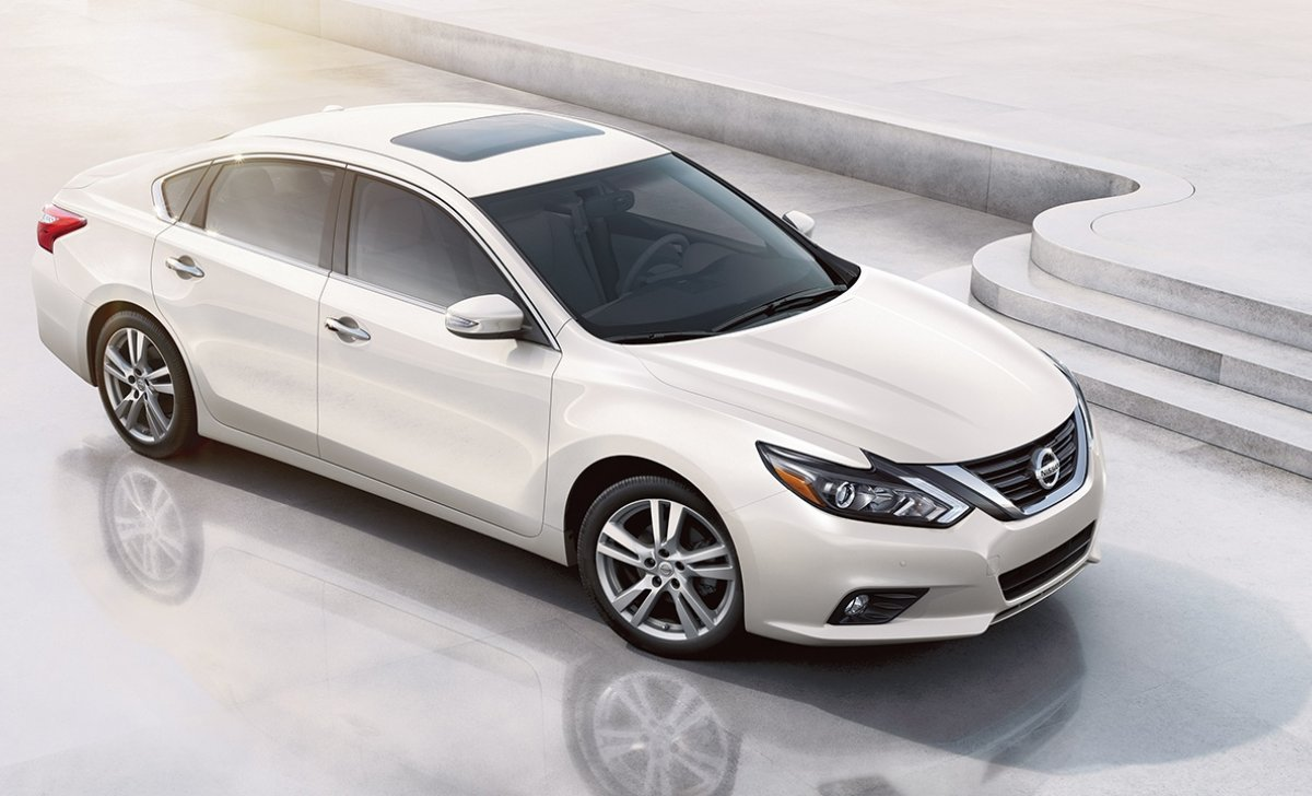 2018-nissan-altima-sedan-side-view-pearl-white-original